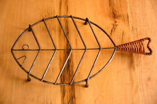 スウェーデンで見つけた古いお魚型の鍋敷きの商品写真