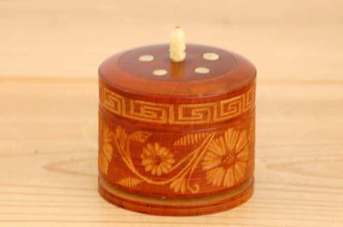 スウェーデンで見つけた工芸品/木製キャニスター(丸型、お花模様)の商品写真