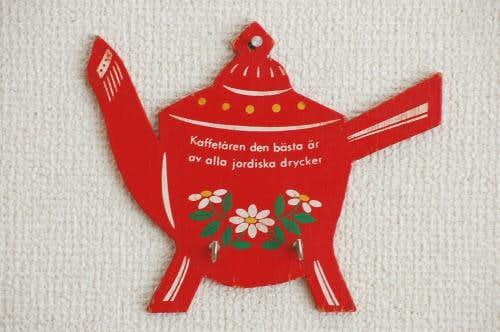 デンマークで見つけたティーポットの形の木製壁掛けフック(赤)の商品写真