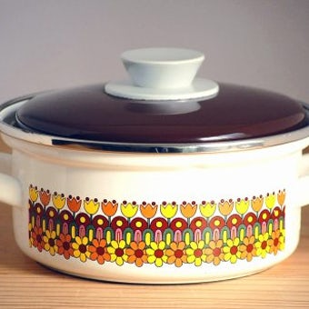 スウェーデンで見つけた可愛いホーロー製両手鍋(ブラウン花模様)の商品写真