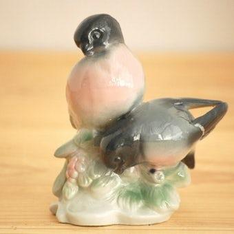 スウェーデンで見つけた陶器の小鳥オブジェ(2羽と止まり木)の商品写真
