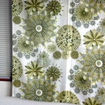 スウェーデンで見つけたヴィンテージカーテン2枚セット(オリーブ色の花柄)の商品写真