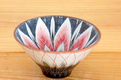 スウェーデンで見つけたライラック色の陶器のボウルの商品写真