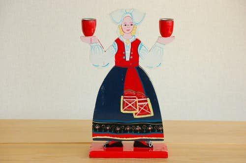 スウェーデンで見つけたキャンドルスタンド(民族衣装の女性)の商品写真