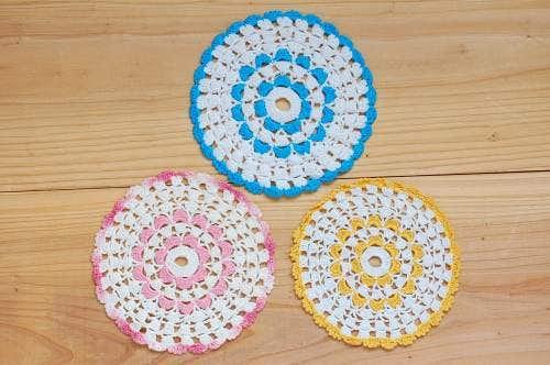 スウェーデンで見つけた手編みドイリー3枚セット(ピンク・イエロー・ブルー)の商品写真