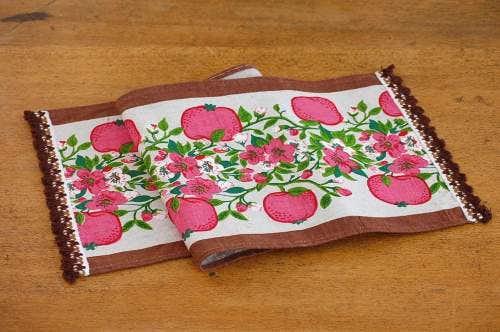 スウェーデンで見つけたテーブルランナー(苺とお花たち)の商品写真