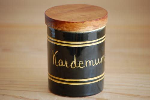 スウェーデンで見つけた木蓋付きスパイスポット(カルダモン)の商品写真