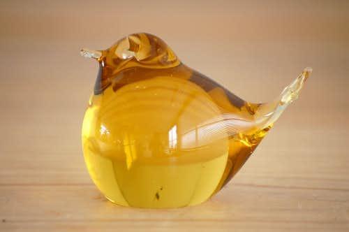 スウェーデンで見つけたガラス製の小鳥オブジェ(イエロー)の商品写真