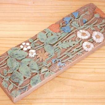 スウェーデンで見つけた陶板の壁掛け(野の花)の商品写真