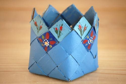 スウェーデンで見つけたパイン材の小さなバスケット(ブルー)の商品写真