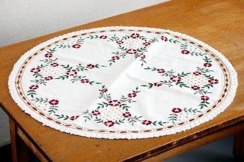 デンマークで見つけたラウンドクロス(お花の刺繍)の商品写真