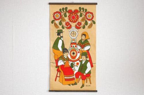 スウェーデンで見つけたタペストリー(編み物をする女性とジョッキを持つ男性)の商品写真