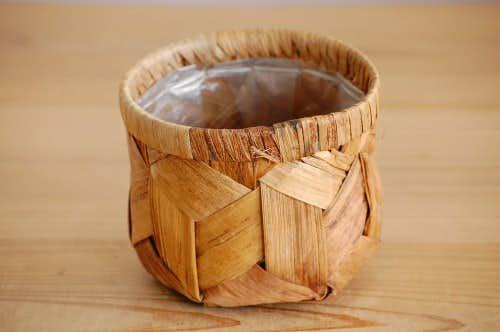 スウェーデンで見つけた木の皮で編まれた植木鉢カバーの商品写真