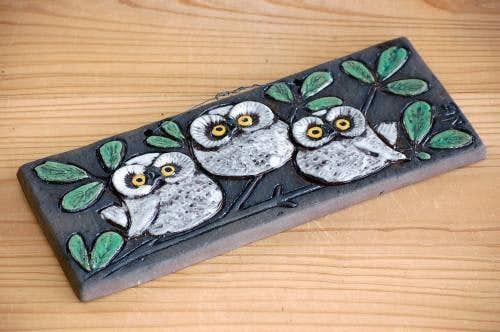 スウェーデンで見つけた陶板の壁掛け(ふくろう)の商品写真