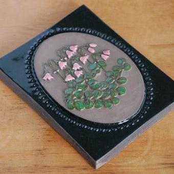 スウェーデン/JIE/陶板の壁掛け(ピンク色の小さなお花)の商品写真