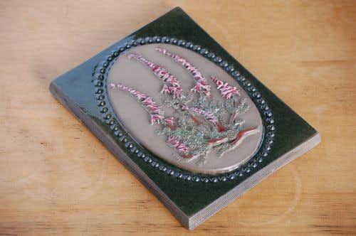 スウェーデン/JIE/陶板の壁掛け(ピンク色のスマートなお花)の商品写真