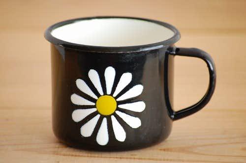 デンマークで見つけたホーロー製のカップ(ブラック、お花模様)の商品写真