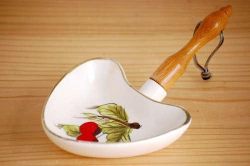 デンマークで見つけた木製ハンドル付き陶器のミニプレート(さくらんぼ)の商品写真