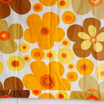 スウェーデンで見つけたオレンジ色のお花模様が可愛いカーテン(タペストリー)の商品写真
