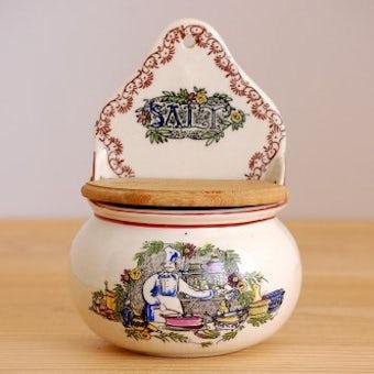 デンマーク製/古くて可愛い陶器の壁掛け用ソルトポット(賑やかなキッチン)の商品写真