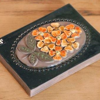 スウェーデン/JIE釜/陶板の壁掛け(オレンジ色のお花)の商品写真