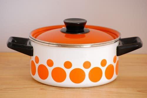 デンマークで見つけたホーロー製の両手鍋(オレンジ・ドット柄)の商品写真
