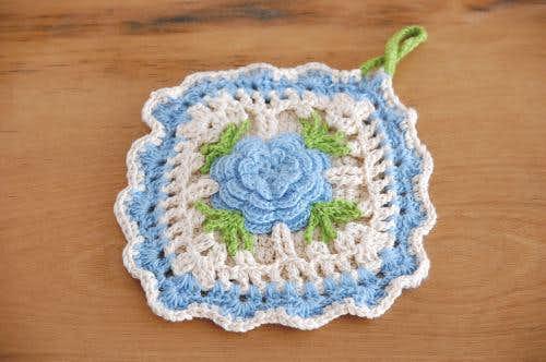 スウェーデンで見つけた手編みのポットマット(ブルーのお花)の商品写真