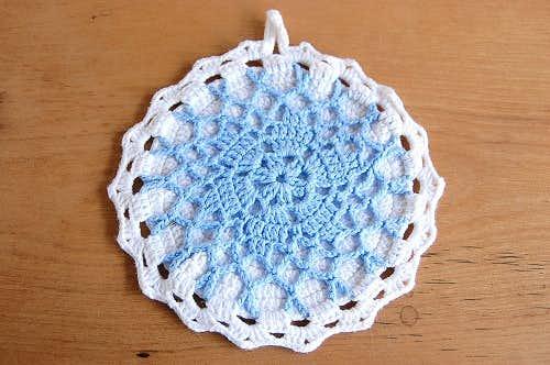 スウェーデンで見つけた手編みのポットマット(サックスブルー×ホワイト)の商品写真