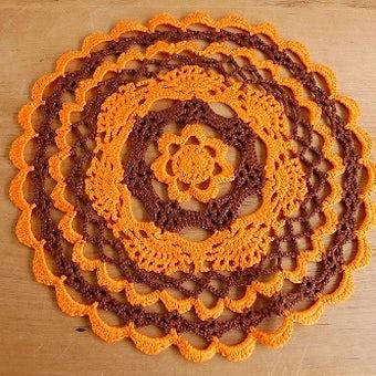 スウェーデンで見つけた手編みドイリー(オレンジ×ブラウン)の商品写真