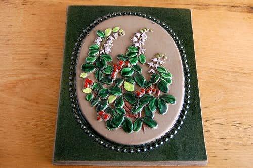 スウェーデン/JIE釜/陶板の壁掛け(大)(スミレ色のお花と赤い実)の商品写真