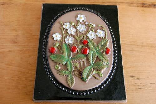 スウェーデン/JIE釜/陶板の壁掛け(大)(白いお花と赤い実)の商品写真