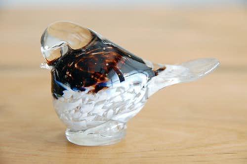 デンマークで見つけたガラスの小鳥オブジェ(ブラウン×ホワイト)の商品写真