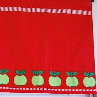 スウェーデンで見つけたカフェカーテン(レッド・りんご柄)の商品写真