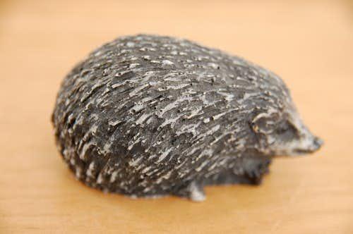 スウェーデンで見つけた陶器のハリネズミのオブジェの商品写真