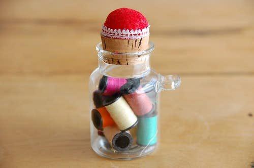 スウェーデンで見つけたピンクッション付きガラス瓶(糸巻き入り)の商品写真