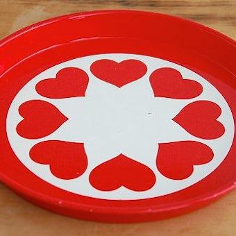 デンマークで見つけたブリキのトレー(ラウンド・赤ハート柄)の商品写真