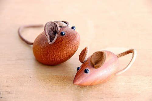 スウェーデンで見つけたチーク材のネズミのオブジェ2個セットの商品写真