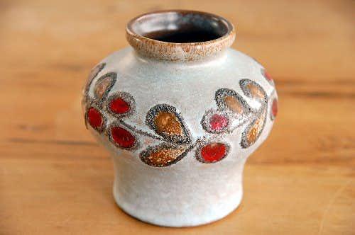 スウェーデンで見つけた陶器の花瓶(赤い実)の商品写真