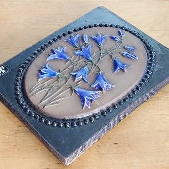 スウェーデン/JIE釜/陶板の壁掛け(紫色お花)の商品写真
