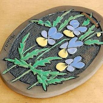 スウェーデンで見つけた陶板の壁掛け(紫色のお花)の商品写真