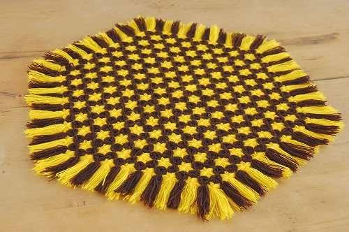 スウェーデンで見つけた毛糸で編まれたマット(ブラウン×イエロー)の商品写真