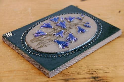 スウェーデン/JIE釜/陶板の壁掛け(紫色のお花)の商品写真