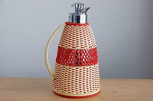 スウェーデンで見つけたビニールストロー素材を編んだカバー付きヴィンテージ魔法瓶(レッド)の商品写真