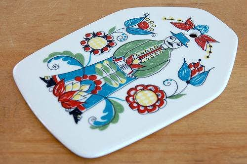 FIGGJO/フィッギオ/SAGAシリーズ/陶器のチーズボード(花を持った男性)の商品写真