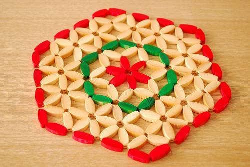 スウェーデンで見つけた竹製のお花型ポットマット(赤のふちどり)の商品写真