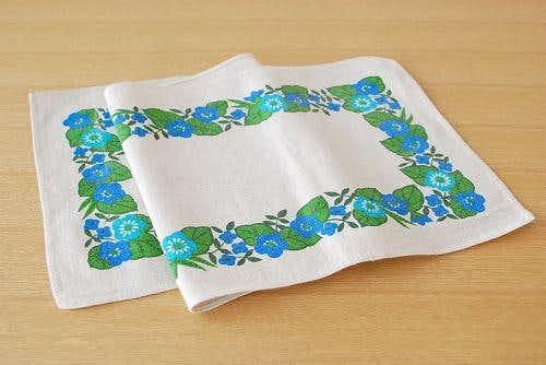 スウェーデンで見つけたテーブルランナー(ブルーのお花)の商品写真