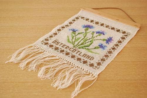 スウェーデンで見つけたお花刺繍のタペストリーの商品写真