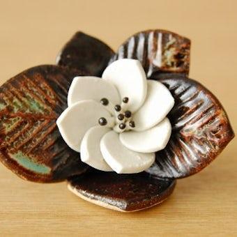 デンマークで見つけた陶器でできた小さな花のオブジェの商品写真