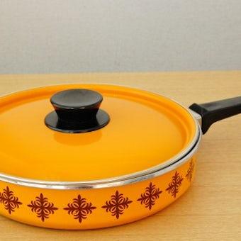 デンマークで見つけたホーロー製のフライパン(オレンジ)(蓋付き)の商品写真