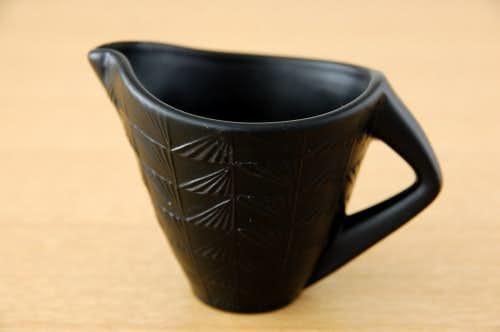 スウェーデンで見つけた陶器のクリーマー(黒)の商品写真